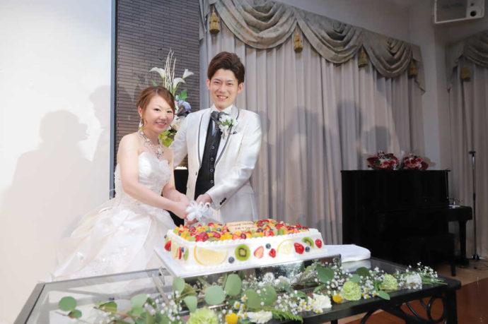 愛知県岡崎市にあるザ・グランドティアラ岡崎の利用者がケーキ入刀をする場面