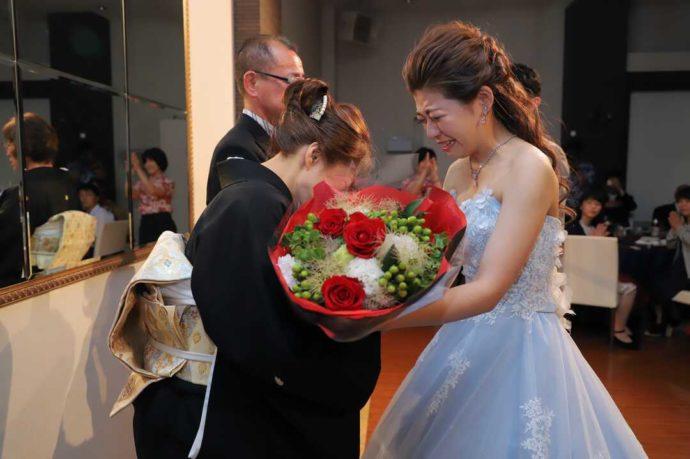 愛知県岡崎市にあるザ・グランドティアラ岡崎の利用者がお母様に花束を渡すシーン