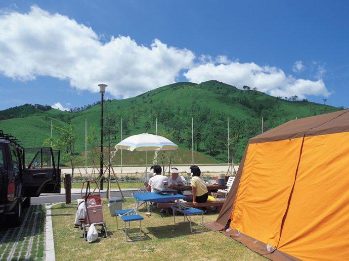 広島県山県郡にある深入山グリーンシャワーオートキャンプ場でキャンプを楽しむ人々