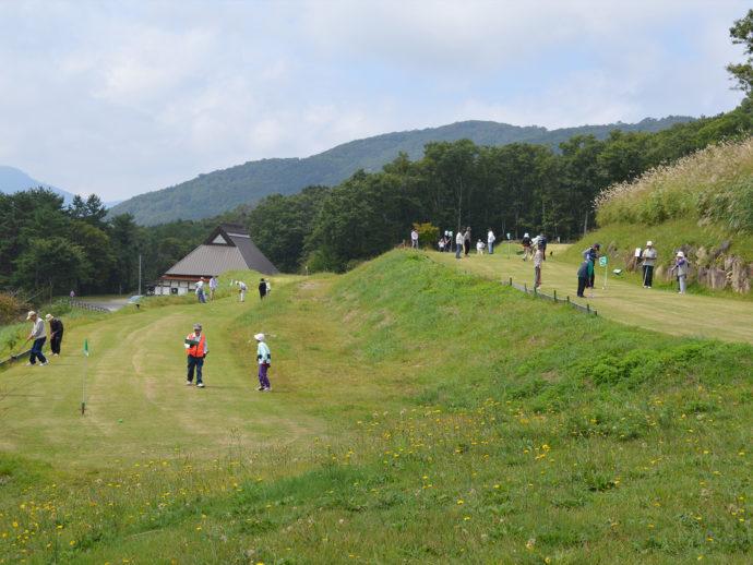 広島県山県郡にある深入山グリーンシャワーオートキャンプ場でのグラウンドゴルフの様子