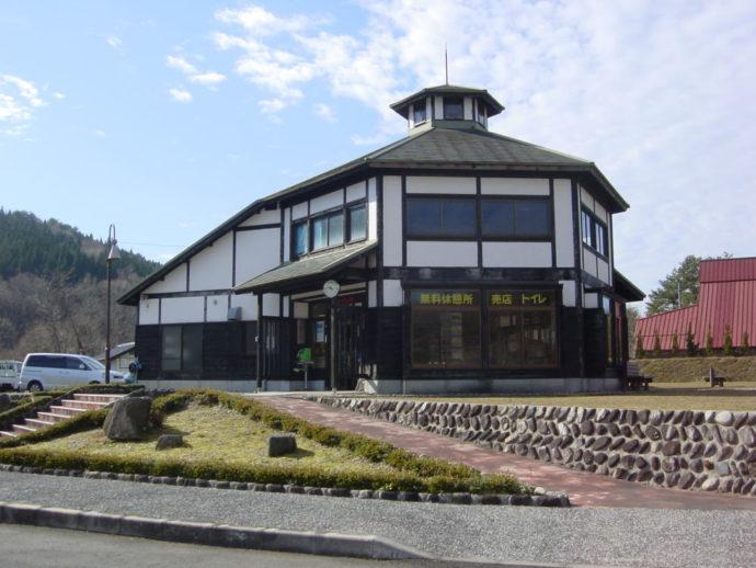 広島県山県郡にある深入山グリーンシャワーオートキャンプ場の管理棟