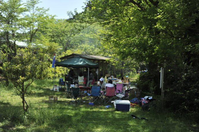 滋賀県米原市にあるキャンプ場・グリーンパーク山東の木陰でキャンプを楽しむ人々