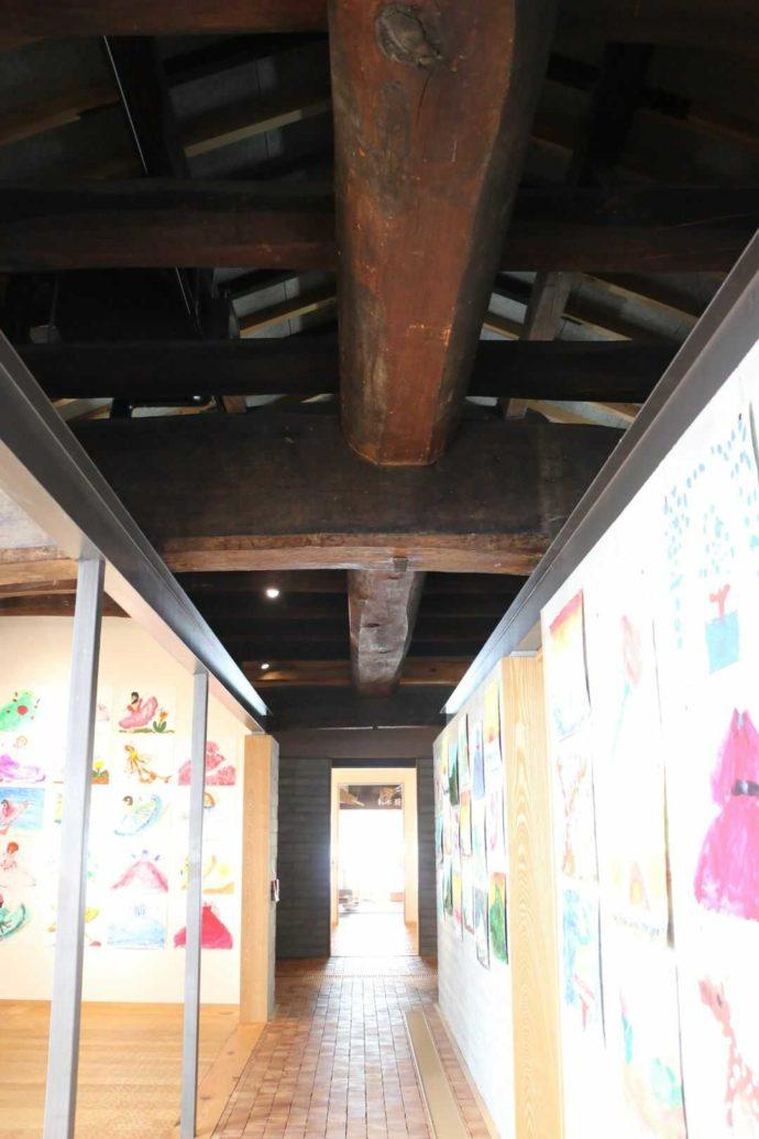 はじまりの美術館の十八間の長さがある長い梁