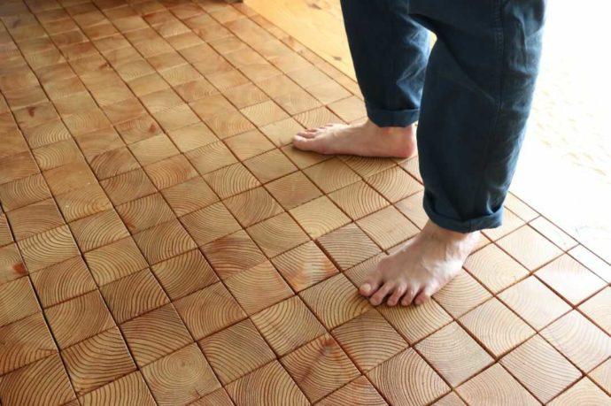 はじまりの美術館の木の床の質感は素足に気持ちいい