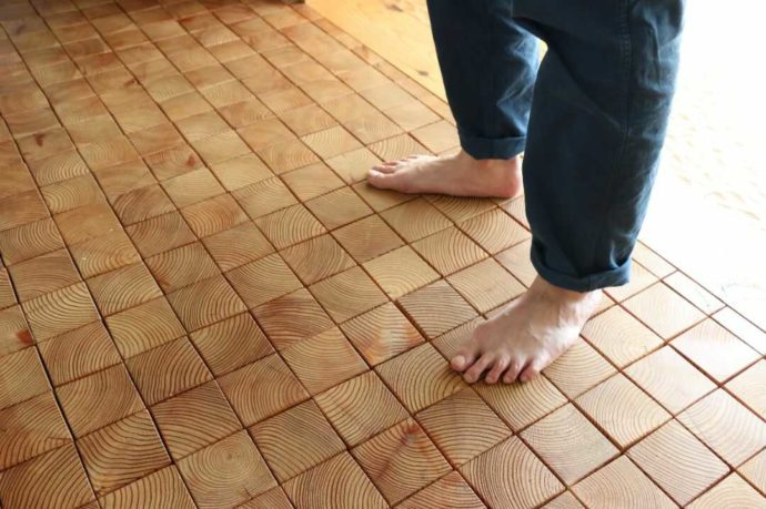 はじまりの美術館では素足で床の質感を楽しめる