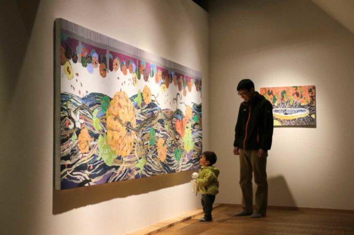 はじまりの美術館の展示を見る親子
