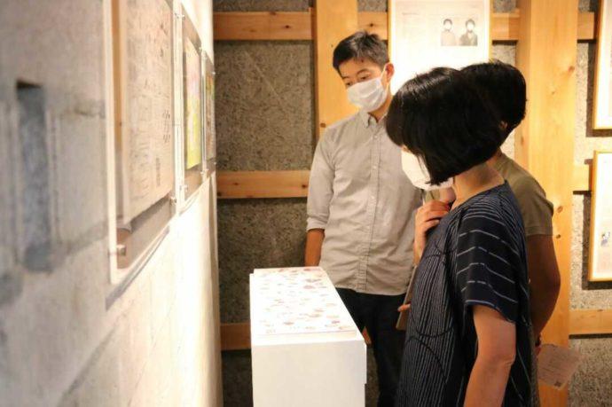 はじまりの美術館で熱心に展示を見る人々
