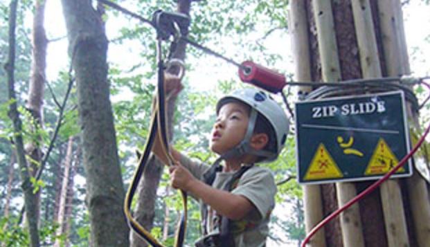 神奈川県足柄下郡にある「フォレストアドベンチャー・箱根」で安全対策に努める利用者