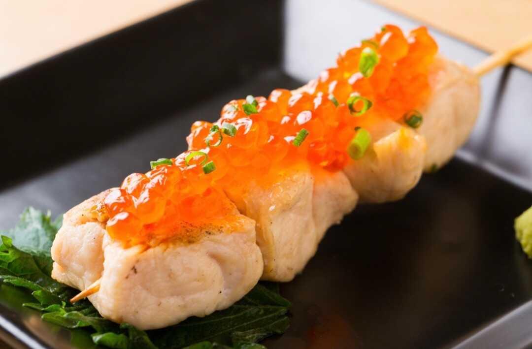 「焼鳥居酒屋 英」の北海道産いくら盛りササミ串