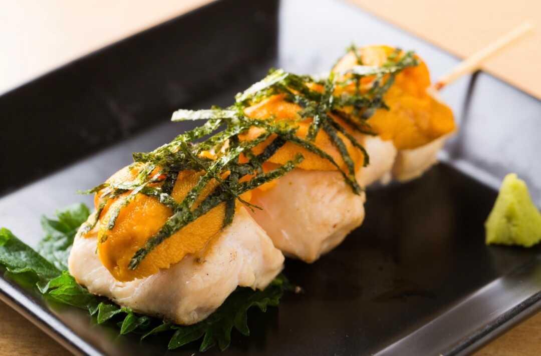 「焼鳥居酒屋 英」の北海道産ウニ盛りササミ串