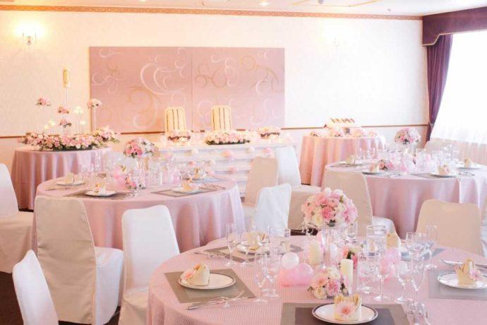 〜25名程度「カトレア」ピンクや白を基調とした可愛らしく華やかな披露宴会場