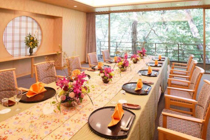 4〜16名、家族での会食に向いている「桂の間」大きな窓から緑が見えて素敵