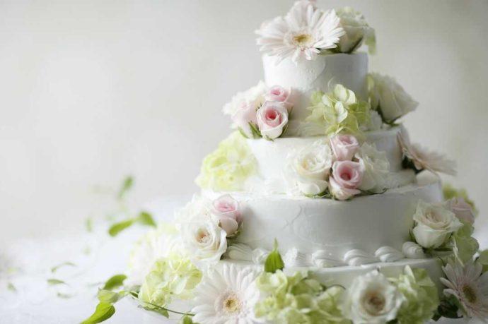 ウエディングケーキも希望のデザインで専属パティシエが作ってくれる