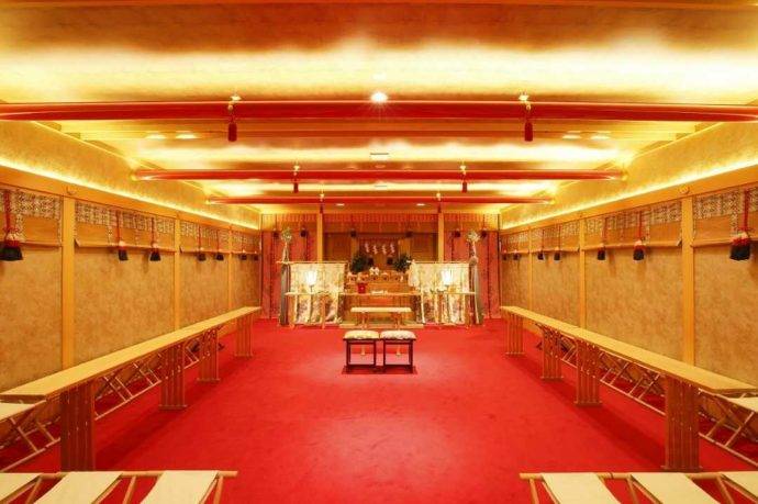赤い鳥居をイメージした天井と金箔を施した壁面の「翔鳳殿」