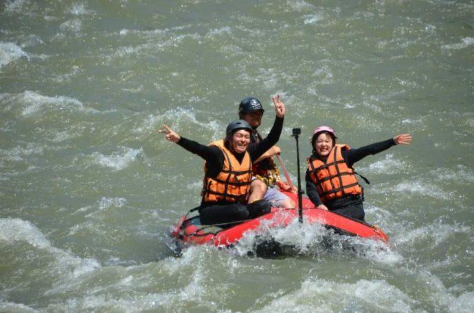 熊本県人吉市の球磨川ラフティング ハッピーサプライズで川下りをしているカップル