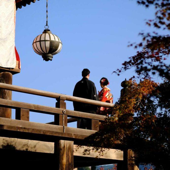 長谷寺で仏前式を挙げるカップル