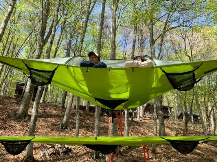 八東ふる里の森で空中テントを楽しんでいる様子を正面から眺める
