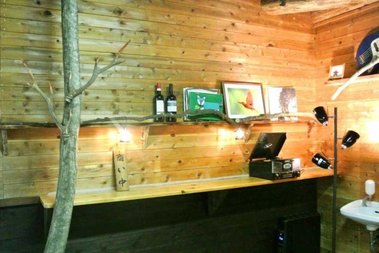 八東ふる里の森にある森カフェの内観