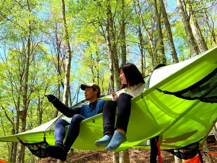 八東ふる里の森で空中テントを楽しむカップル