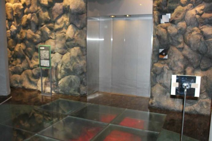 「日本最古の石博物館」のタイムスリップエレベーターを降りた後の写真