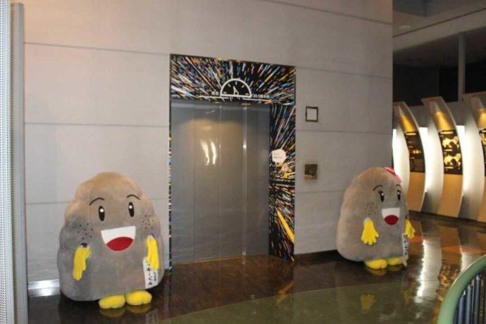 「日本最古の石博物館」のエレベーター前にいる七宗町のゆるキャラ・レッキー君とレッキーちゃん