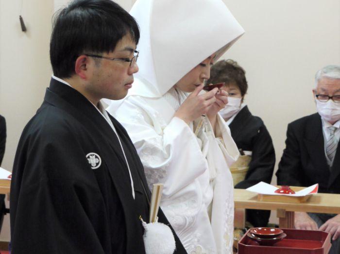 日岡神社の神前式で家族に見守られる新郎新婦