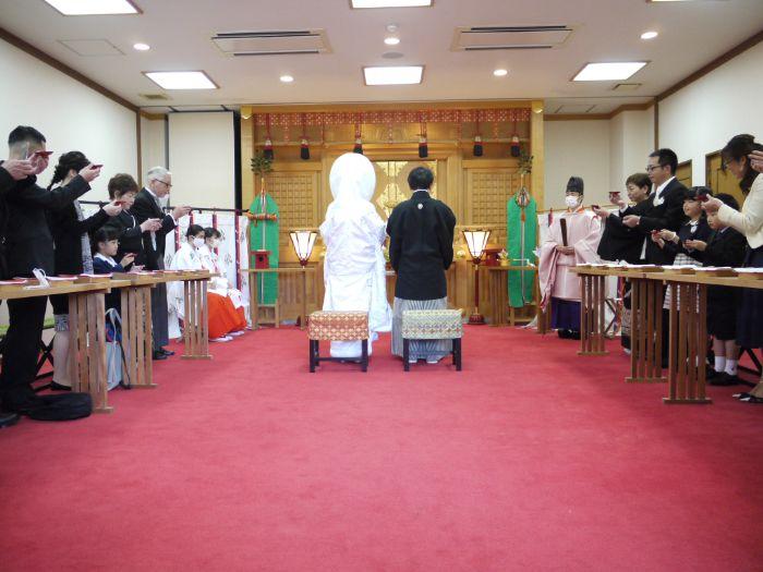 日岡神社の神前結婚式に参列する親族の様子
