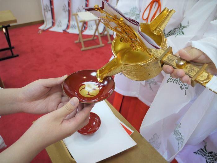 日岡神社の神前結婚式での夫婦固めの盃の儀