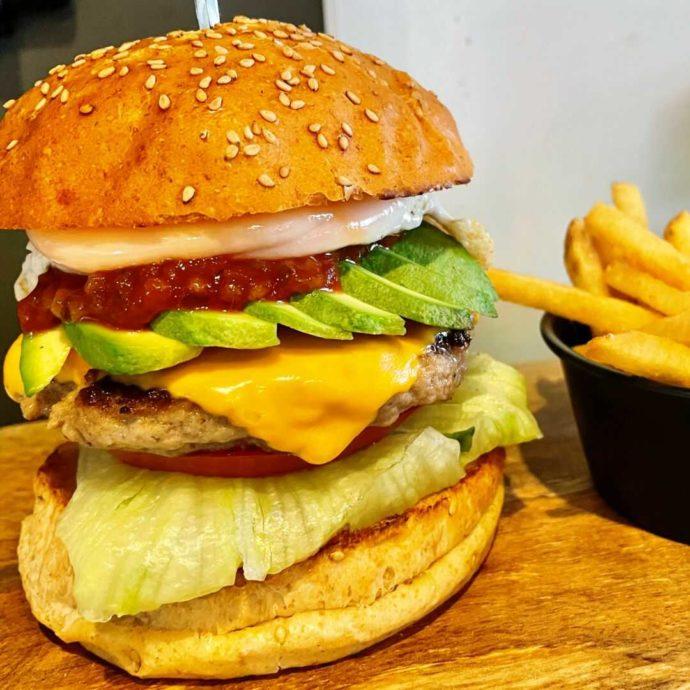 アーケード カフェ&バー ハイスコアのアボカドエッグチーズバーガー