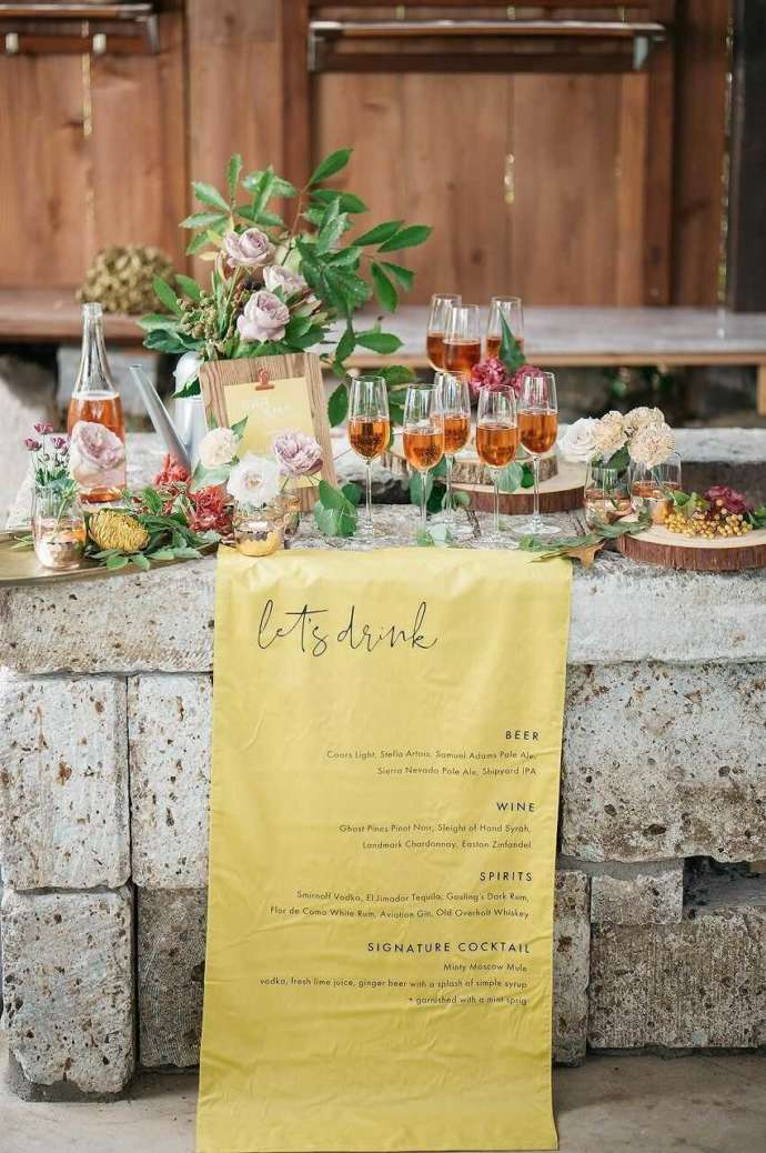 The HK Weddingのお花で飾られた式場のドリンクコーナー