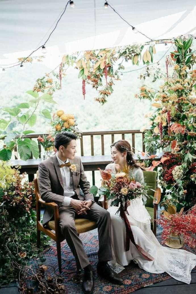 たくさんの花に囲まれるThe HK Weddingでの結婚式風景