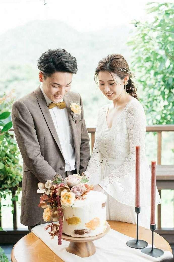 The HK Weddingの装花で美しく飾られたウェディングケーキ