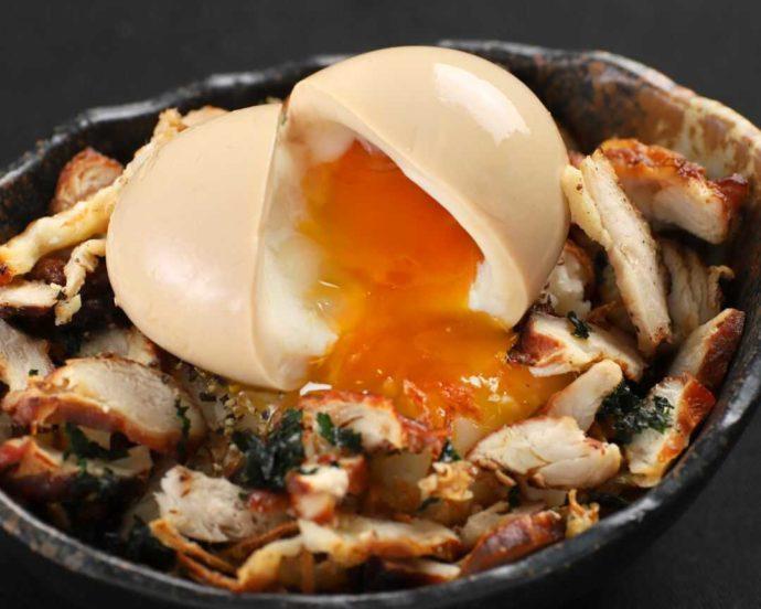 『大人の隠れ居酒屋 豊和 表参道』の燻製比内地鶏のポテトサラダ