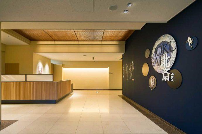 長野県上高井郡にある北斎館の玄関出入口