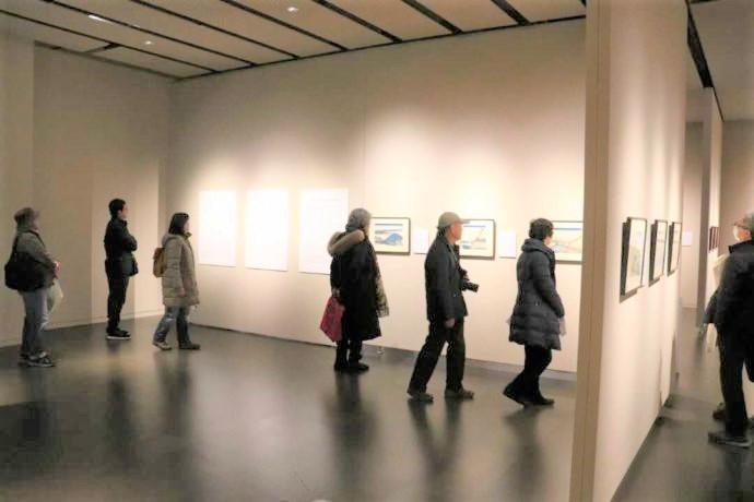 長野県上高井郡にある北斎館で観賞する人たち