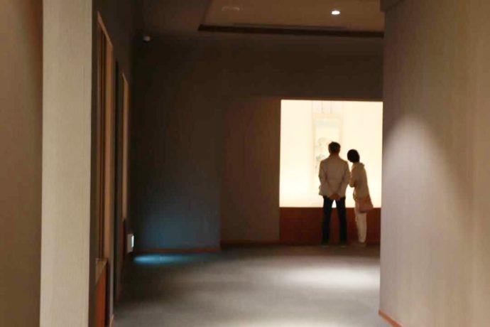 長野県上高井郡にある北斎館で観賞するカップル