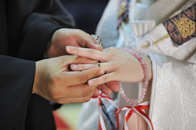 西本願寺鹿児島別院の仏前結婚式の指輪交換