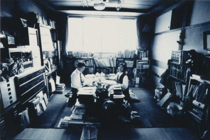 書斎での三浦三浦綾子・光世夫妻の写真