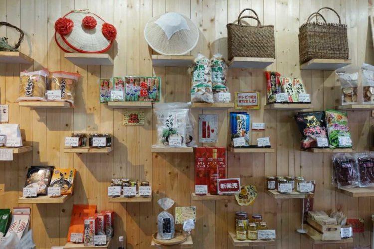 山形県飯豊町アンテナショップ IIDE内で食や雑貨が陳列されている様子