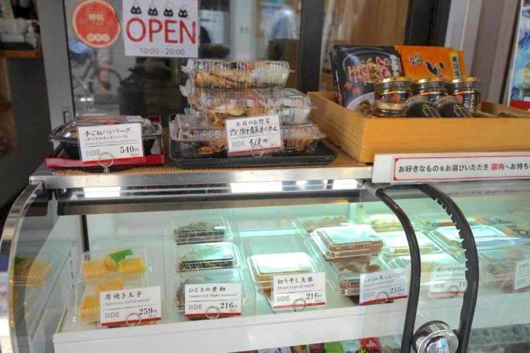 東京都杉並区にある山形県飯豊町アンテナショップ IIDEでのお惣菜の陳列風景