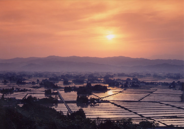 朝焼けに燃える山形県飯豊町の散居