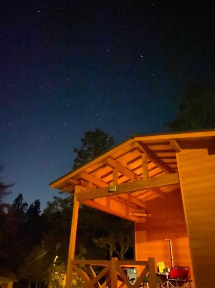 飯地高原自然テント村のキャビンと星空