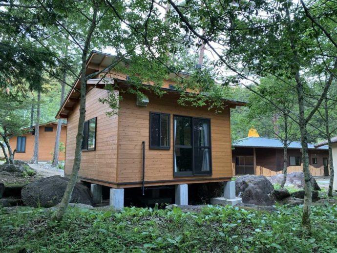 飯地高原自然テント村の林の中にあるバンガロー