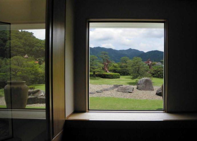 今井美術館の1階展示室の窓から見える庭の写真