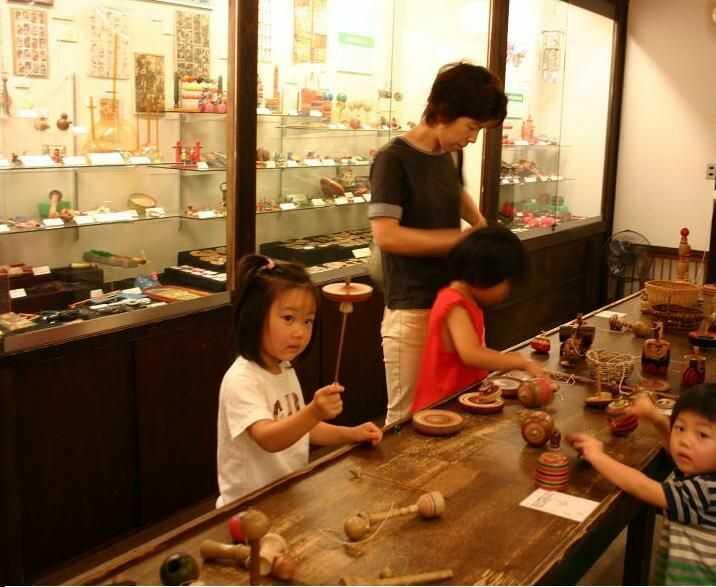 日本玩具博物館の2号館では昔の玩具で遊べる