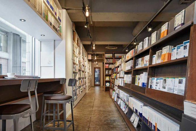 東京都千代田区にある神保町ブックセンター内に並ぶ本棚とカフェスペース