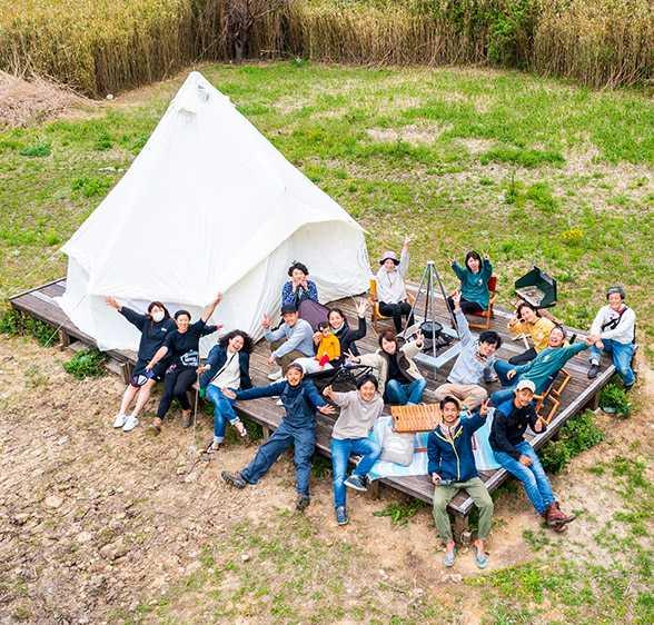和歌山県有田市にある地ノ島キャンプ場でキャンプを楽しむ様子