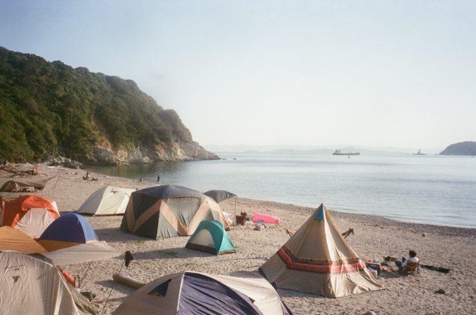 和歌山県有田市にある地ノ島キャンプ場に設置されたテント