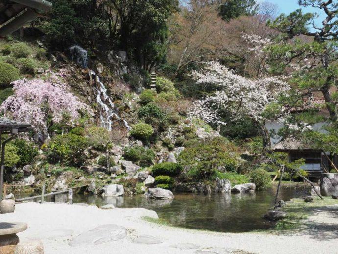 可部屋集成館にある岩浪の滝と春の桜