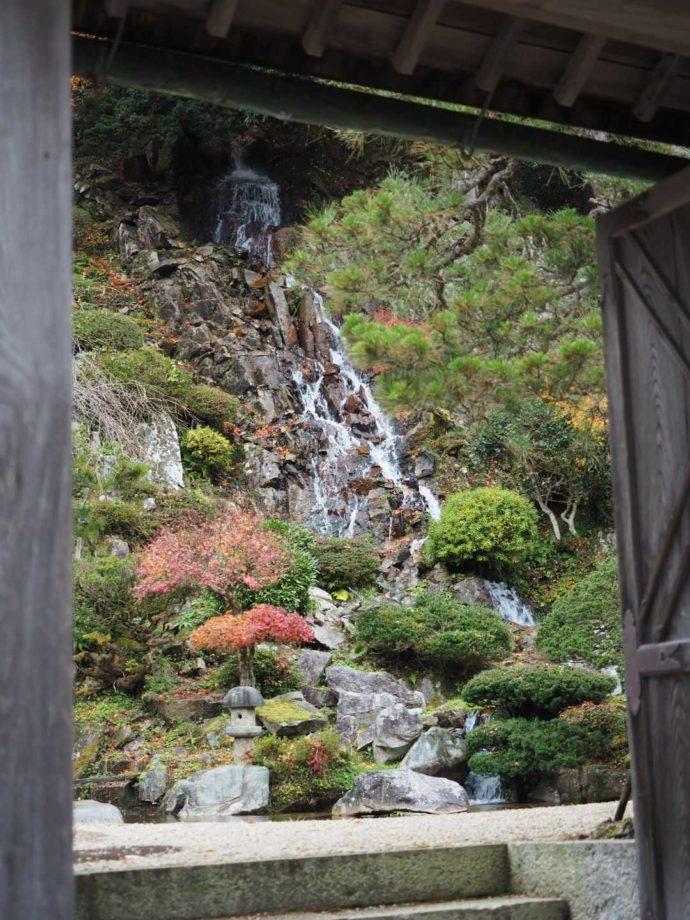 可部屋集成館にある岩浪の滝の様子